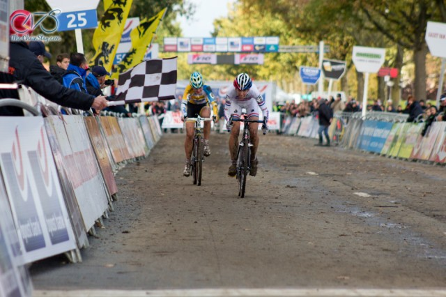 Helen Wyman wins Koppenberg cross over Nikki Harris. (Photo thanks to The Chain Stay.)