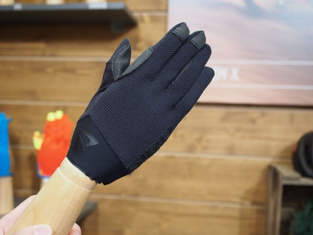 We're liking the cuff without straps on these Giro gloves