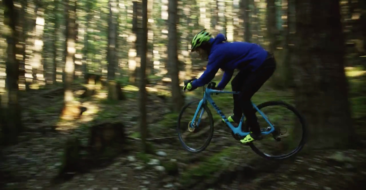 Yoann Barelli ride sa cross bike down Squamish, Canada downhill trails.