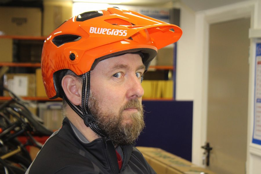 bluegrass helmet met golden eyes orange mark alker