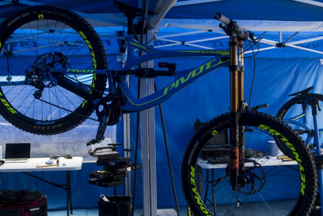 pivot phoenix carbon downhill race bike fort william 29er 29in