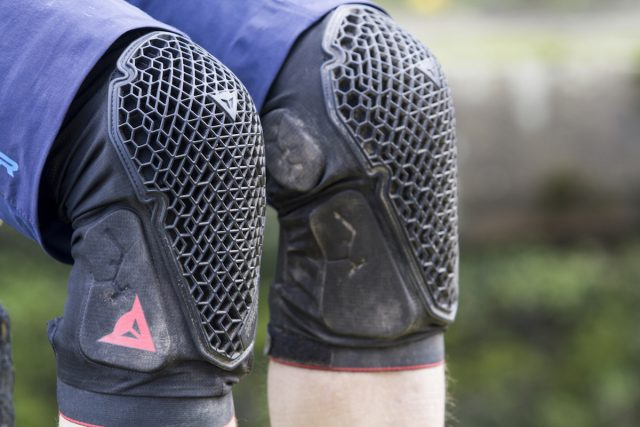dainese trail skins knee pads issue 112