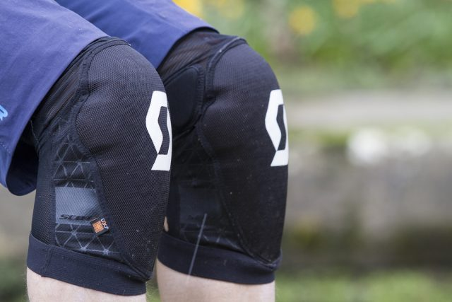 scott soldier 2 knee pads group test issue 112