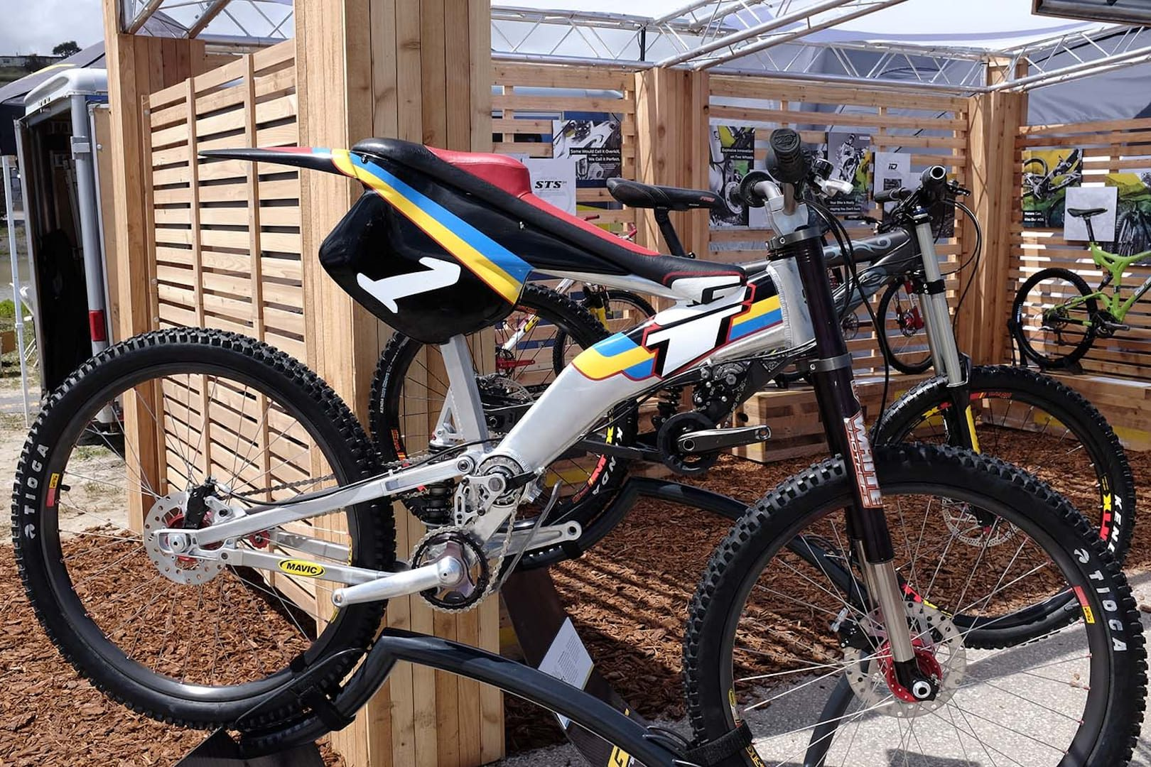 gt bicycles celebrates 25 years of suspension with retro showcase