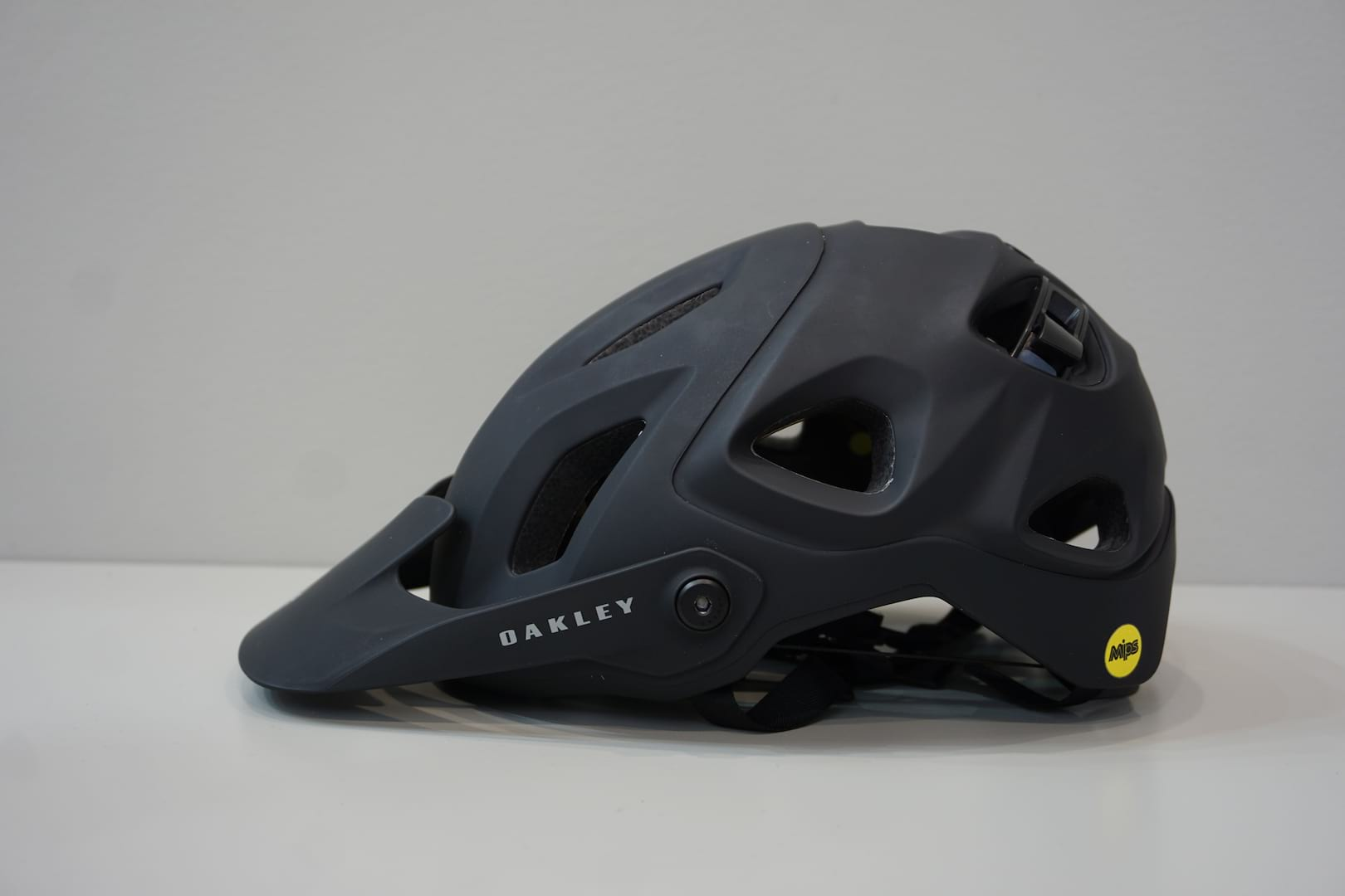 "8d509270b14 Oakley Teams Up With Minnaar To Create DRT 5 Helmet With ""Eyewear ..."