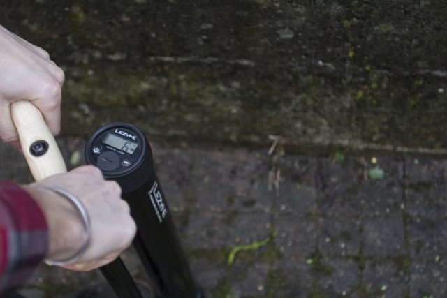 lezyne digital pressure gauge pump tubeless