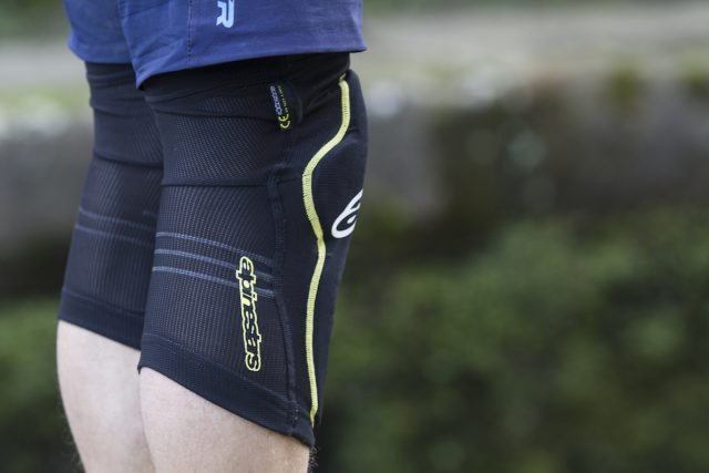 alpinestars paragon knee pads issue 112